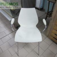 karekla aspri plasstiki me mpratso 1 200x200 - Μεταχειρισμένα Τραπέζια - Καρέκλες