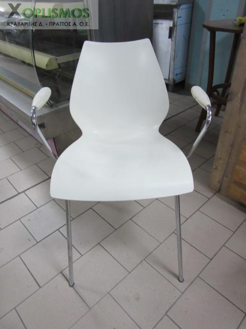 karekla aspri plasstiki me mpratso 2 - Άσπρη καρέκλα με μπράτσα